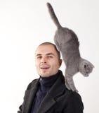 Homem com gato Imagens de Stock