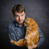 Homem com gato vermelho Imagens de Stock