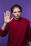 Homem com gesto de mão da parada Emoção do protesto foto de stock