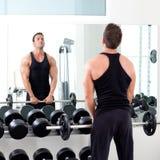 Homem com ginástica do equipamento de treinamento do peso do dumbbell Imagem de Stock Royalty Free