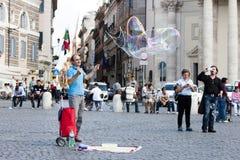 Homem com grandes bolhas de sabão Fotos de Stock Royalty Free