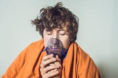 Homem com a gripe ou os sintomas frios que fazem a inalação com nebulizer - fotografia de stock