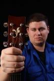 Homem com a guitarra deixada fotos de stock royalty free