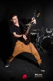 Homem com a guitarra durante Imagem de Stock Royalty Free