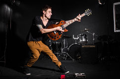 Homem com a guitarra durante Fotografia de Stock