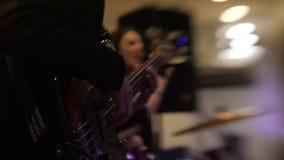 Homem com guitarra em um alargamento do concerto de rocha filme