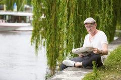 Homem com jornal fotografia de stock