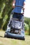 Homem com lawnmower Fotos de Stock Royalty Free