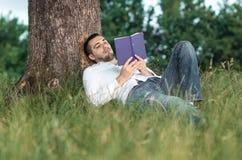 Homem com livro imagem de stock royalty free