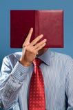Homem com livro aberto Fotos de Stock Royalty Free