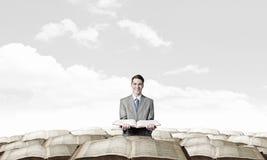 Homem com livro aberto Foto de Stock Royalty Free