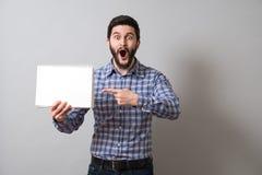 Homem com livro de texto Imagens de Stock Royalty Free