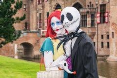 Homem com máscara assustador e amiga ruivo assustador com um grande foto de stock royalty free