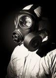 Homem com máscara de gás foto de stock