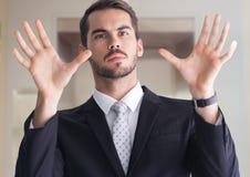 Homem com mãos abertas da palma Fotos de Stock Royalty Free
