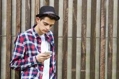 Homem com móbil Fotografia de Stock Royalty Free