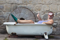 Homem com mergulhar a engrenagem na banheira Fotos de Stock Royalty Free