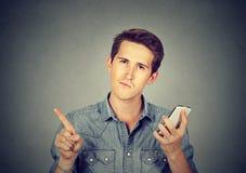Homem com mostrar nenhum, don& x27 do telefone celular; t, atenção com gesto do dedo Fotos de Stock