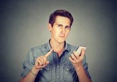 Homem com mostrar nenhum, don& x27 do telefone celular; t, atenção com gesto do dedo Imagem de Stock Royalty Free
