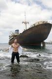 Homem com navio abandonado Fotos de Stock Royalty Free