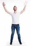 Homem com no ocasional com as mãos levantadas isoladas acima Foto de Stock Royalty Free