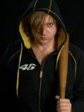 Homem com o bastão de beisebol na obscuridade. Fotos de Stock