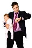 Homem com o bebê que olha o relógio imagem de stock
