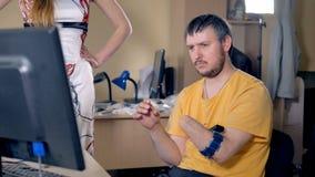 Homem com o braço amputado usando o computador com tecnologia sem fios 4K filme