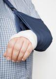 Homem com o braço no estilingue Fotos de Stock Royalty Free