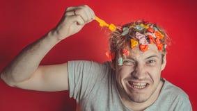 Homem com o cabelo coberto no alimento fotografia de stock royalty free