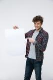 Homem com o cabelo encaracolado que guarda o quadro de avisos vazio Imagem de Stock