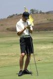 Homem com o cartão da contagem do golfe imagem de stock