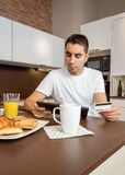 Homem com o cartão de crédito de revisão da tabuleta eletrônica Imagem de Stock Royalty Free