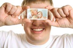 Homem com o cartão dos miúdos nos olhos, colagem Imagens de Stock