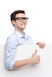 Homem com o cartaz vazio que mostra os polegares acima imagens de stock