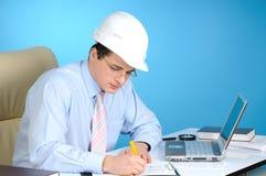 Homem com o chapéu duro branco Imagens de Stock Royalty Free
