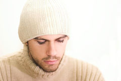 Homem com o chapéu que olha para baixo Fotografia de Stock Royalty Free