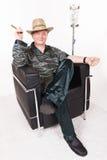 Homem com o cigarro cubano na cadeira Imagem de Stock