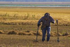 Homem com o dispositivo eletrônico do detector de metais que trabalha no fundo do ar livre Fotografia do close-up de procurar o p fotos de stock