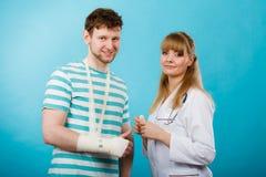 Homem com o doutor quebrado da visita da mão Fotos de Stock