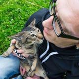Homem com o gato Fotografia de Stock