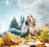 Homem com o lebreiro na paisagem da opinião do outono imagem de stock royalty free