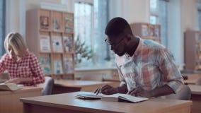 Homem com o livro que olha a câmera Foto de Stock Royalty Free