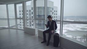 Homem com o móbil do uso da mala de viagem video estoque