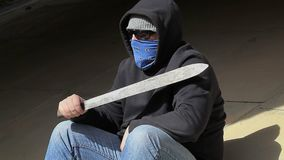 Homem com o machete em exterior video estoque