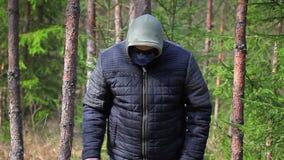 Homem com o machete na floresta filme