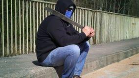 Homem com o machete no ombro na ponte vídeos de arquivo