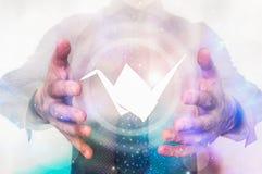 Homem com o origâmi em suas mãos da mágica - conceito da criação fotografia de stock royalty free