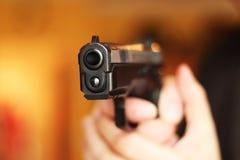 Homem com o photomanipulation de borracha da violência do ataque da pistola da arma da mão Imagens de Stock