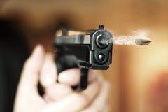 Homem com o photomanipulation de borracha da violência do ataque da pistola da arma da mão Fotos de Stock Royalty Free
